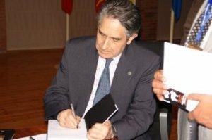 El profesor Isidro Sierra firma ejemplares del libro presentado con motivo de su jubilación.