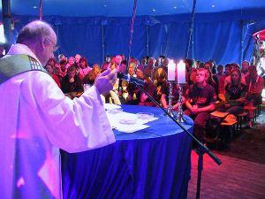 Lugar digno, Misa de Campaña, con actitudes reverentes, en tienda simple. Que el Altar sea redondo no es tradicional, pero tampoco material ni espiritualmente pecaminoso.