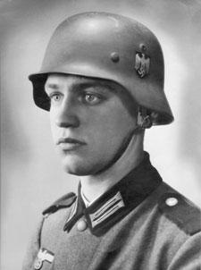 """Werner Goldberg, foto de edición dominical del """"Berliner Tagesblatt"""", Esta foto del rubio, de ojos azules y tez blanca, el militar nacionalsocialista Werner Goldberg, de apellido típicamente judío y, por tánto, nada desapercibido para los servicios secretos hitlerianos, fue usada, oficialmente por el régimen nacionalsocialista alemán , cual imagen de ario, y lo es. Según Rigg, la fotografía llevaba la leyenda: """"El soldado aleman ideal"""". ¿Está el judío? Quizá, pero ¿Dónde está ahí la raza judía?. """"Fui a casa y le pregunté a mi padre que era ario y que no era ario y todo eso, y él me dijo que sí, que nuestra familia era judía. Y le dije, tú no eres judío, y me dijo no, yo soy cristiano, me hice cristiano en 1902. Pero nunca hablábamos de eso, hablábamos de la historia judía y del antiguo testamento, aunque, claro, eso era común con el cristianismo, pero nunca hablamos de la raza, de qué raza íbamos a hablar? Eramos todos alemanes"""", Werner Goldberg, """"Hitler's Jewish Soldiers"""", IBA, 2006, documental transmitido por History Channel. https://archive.org/details/HitlersJewishSoldiers-Nazi-jewsInHitlersArmy http://www.iba.org.il/ibadoc/Teuda.aspx?type=207&entity=174355&lang=english . http://boards.ancestry.com/localities.ceeurope.germany.berlin.general/11898/mb.ashx?pnt=1 https://ricardodeperea.wordpress.com/2015/02/18/militares-judios-nacionalsocialistas-de-la-wehrmacht-ejemplos-de-los-alrededor-de-100-000-que-combatieron-al-servicio-de-hitler-y-el-iii-reich-extractos-incluidas-fotos-del-libro-de-bryan-mark-rig/"""