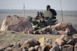 Militares ucranianos ponen un tanque en la frontera rusa.