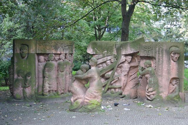 """Selbstabbild durch ihre eigene von ihnen sogennante """"Kunst"""". Denkmal jüdischer frauenopfer. Berlin."""