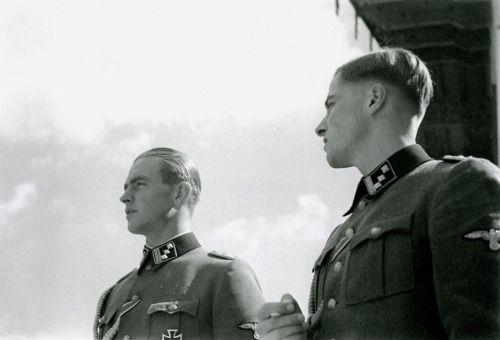 """Joachim Peiper und Max Wünsche, SS. Die Schwule waren nicht seine Feinde, sie """"Konnten"""" es nicht werden, So echte """"Helden"""" """"mussten"""" für sie einfach """"götter"""" sein und als solche ercheinen, geliebt und gelobt worden sein."""