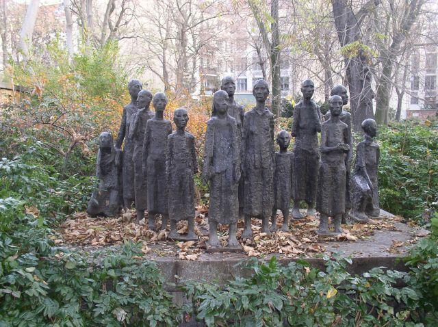 """Denkmal von Nz getöteter Juden. Jüdischer Friedhof, Berlin. es giebt einen Friedhof nur für Juden, weil die Judaisten und Sionisten zwischen Hochmenschen und """"einfachen"""" Deutschen wohl """"unterscheiden""""."""
