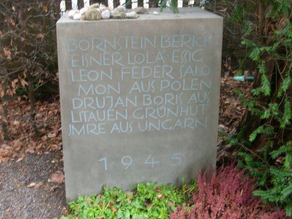 Gedenkstein für ausländische Juden, die im KZ umkamen und hier bestattet wurden: Berich Bornstein, Lola Eisner, Leon Essig, Salomon Feder (diese 4 aus Polen). Boris Drujan (aus Litauen), Imre Grüngut (aus Ungarn); alle 1945 umgekommen.