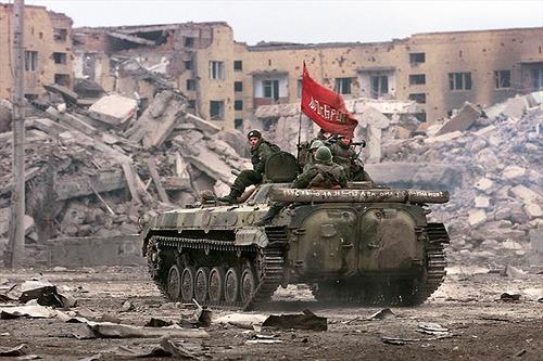 """2ª guerra de Chechenia, motivada por los """"Guerrilleros de la Brigada Internacional Islamista"""", apoyada por el Estado Yanki, que ocuparon el Daguestán. Comenzó el 26 de Agosto de 1999."""