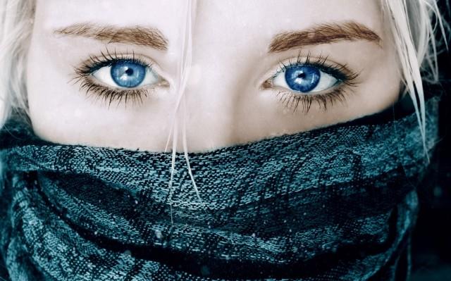 Aber bitte, mein Liebchen, Hast Du mich missverstanden? Sehen, schauen ist nicht genug, Du muBt nachdenken und Dich von der dunklen Welt befreien. Nicht nur die Augen, sondern auch unser Mund muB frei bleiben. Enferne den lausigen Schleier aus Deinen wunderschönen Lippen und rede über Deine unübertreffliche Schöhnheit, die Deines Stammes und Reichtums!.