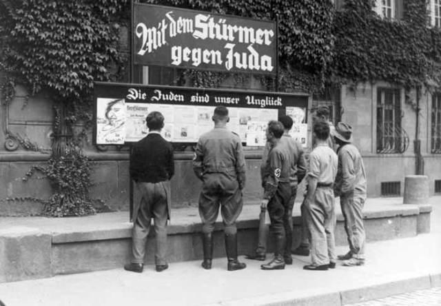 Bundesarchiv_Bild_133-075_Worms_Antisemitische_Presse_-Stürmerkasten-