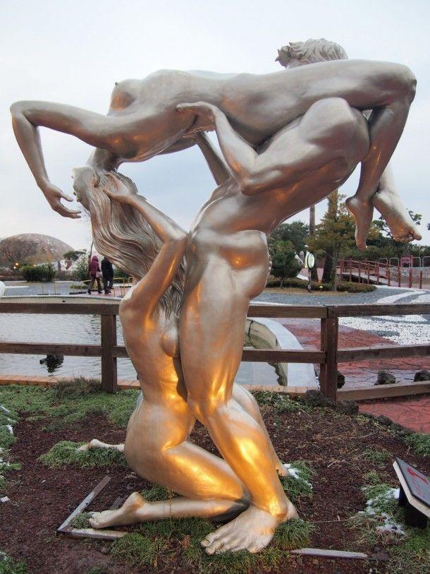Escultura erótica y pornográfica, de aspecto metálico deshumanizador de la imágen artística ofrecida, por cuanto no es erógena, no excita; es indecente pero verla no es necesariamente indecente: es como ver una escultura que represente un asesinato; ni la estatua, ni el asesinato, excitan al contemplador a hacer lo que represetan. De hecho se ve como los viandantes pasean indiferentes a la obra de Arte orgiástica y, a mi entender, de no mucha calidad.