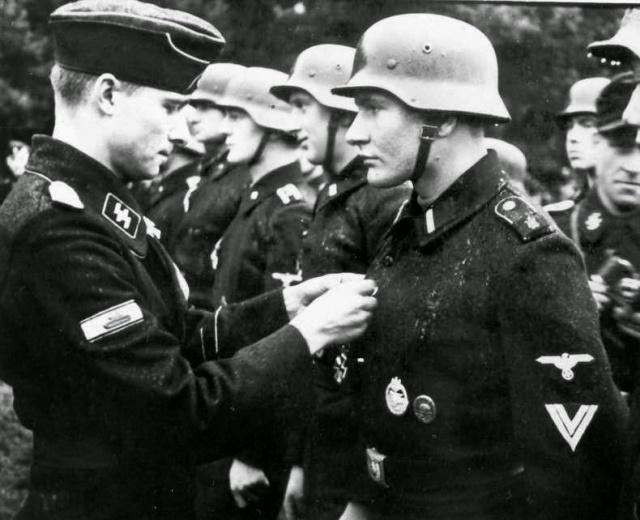 Joachim_Peiper_decorating_a_soldier