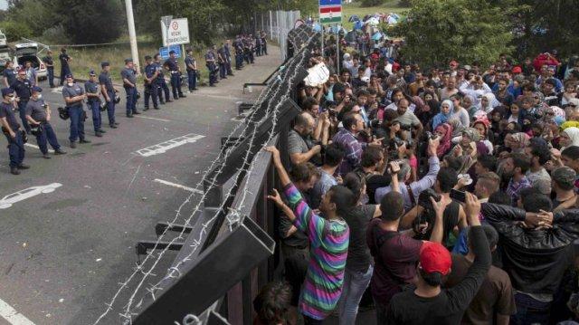 """Ante las narices de los periodistas y los policías los """"angelitos"""", buenos, se encaraman a la valla, desafiando a los guardias de su propa casa y pueblo soberano."""