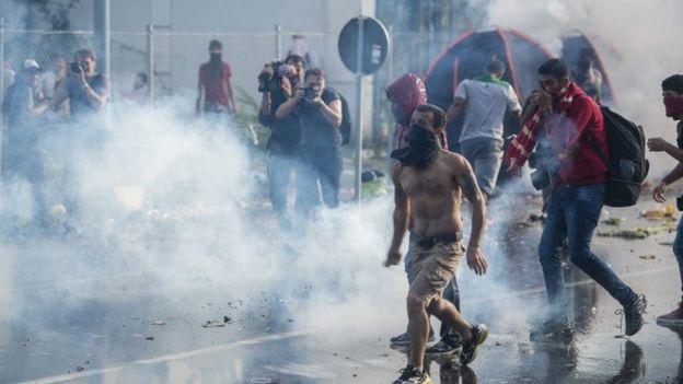 """El presidente de la ONU, Ban kee Moon declara inaceptable el uso de los gases lacrimógenos en la frontera húngara durante esos """"incidentes"""". ¡Tú eres inaceptable! ¡Fuera!."""