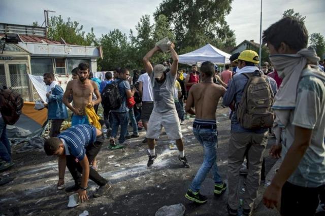 """La cantera. Hay de sobra. Hay aceras y adoquines que han puesto en las calles los"""" cerdos infieles""""."""