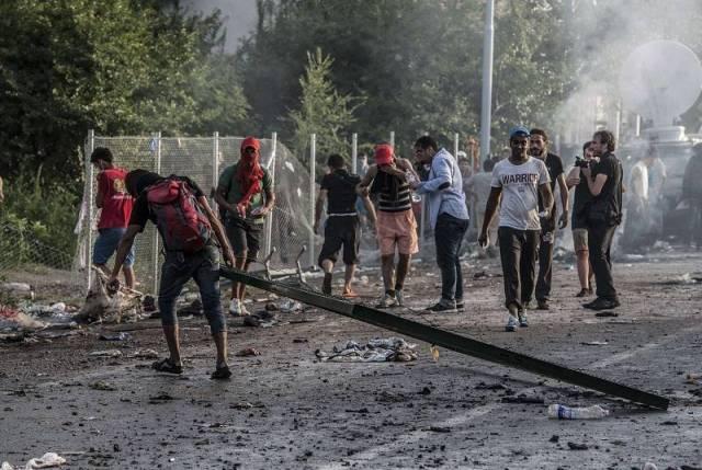 La nueva Europa de los antirracistas europeos, los primeros que, con nosotros no racistas pero amantes de nuestra casta como los gitanos, tienen sus cuellos bajo mira de la cimitarra.