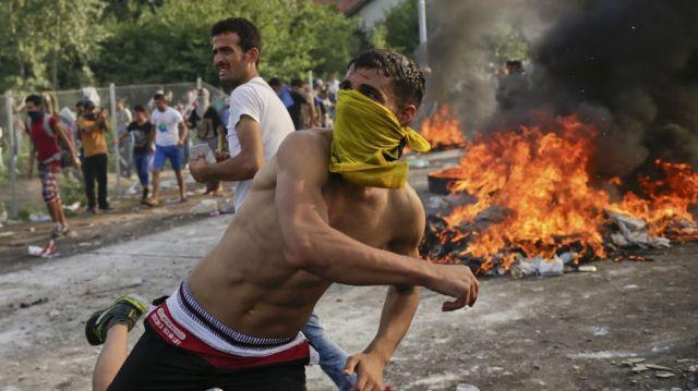 """Pero, no, no nos preocumemos, dicen los mandados de la ONU, """"no tiran piedras"""". Yo diría que las siguieron tirando ¿A quién? """"Al aire"""", sin más, """"no seamos malpensados"""", hay que respetar, ¡¡¡ """"NO a los xenófobos""""!!!."""