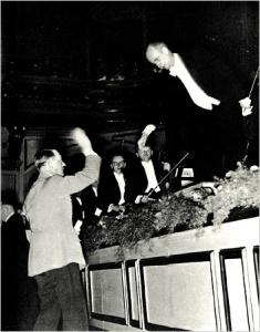 """Wilhem Furtwängler, Titular de la Filarmónica de Berlín, uno de los mejores compositores de música sinfónica, y uno de los óptimos dirigentes de orquesta, muy admirado también por los estúpidos yankis aun de hoy día. En la foto saluda al Canciller, en el evento de la representación de la 9ª Sinfonía de Beethoven, el día de cumpleaños del Reichsführers, en 1942. Se trata de la suprema e insuperable interpretación de dicha sinfonía cumbre, alcanza a """"ocar"""" a Dios, a la antesala del """"Walhalla"""" o Paraiso Guerrero para los hijos de Venus y Marte (metafóricamente hablando, claro)."""
